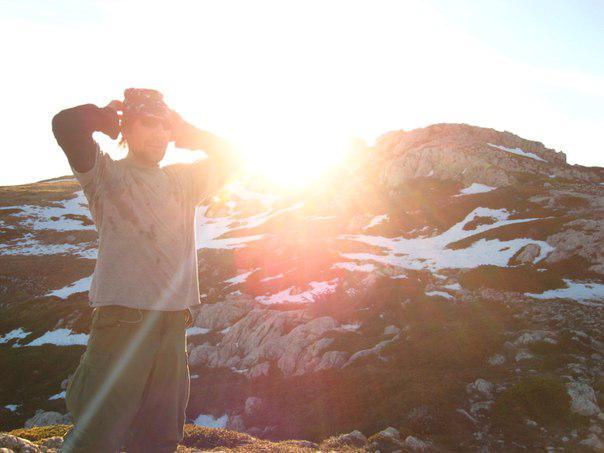 Человек в альпинистских солнцезащитных очках